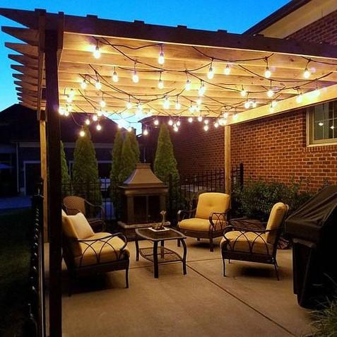 Pergola décorée avec des lumières LED.