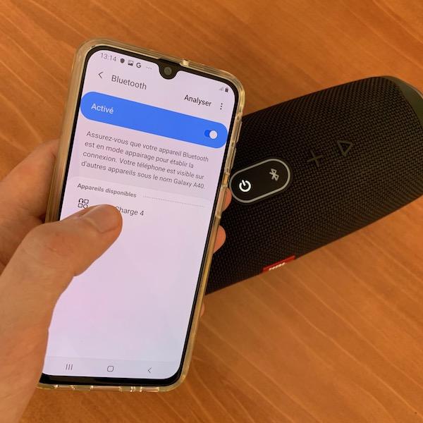 Une enceinte Bluetooth jumelée avec un smartphone.