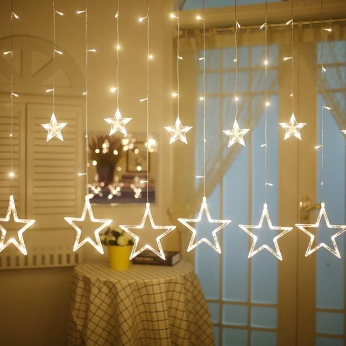Étoiles lumineuses à LED suspendues.
