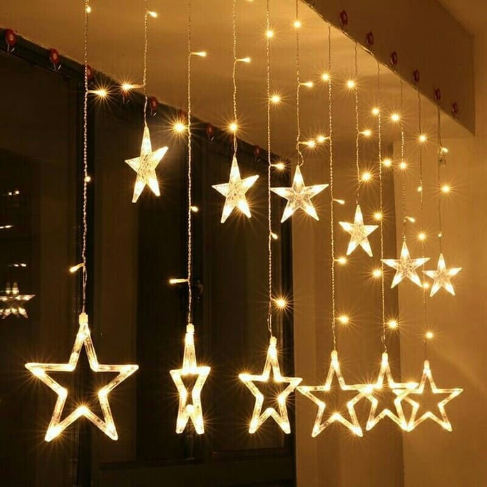 Étoiles de Noël réutilisées et suspendes au plafond.