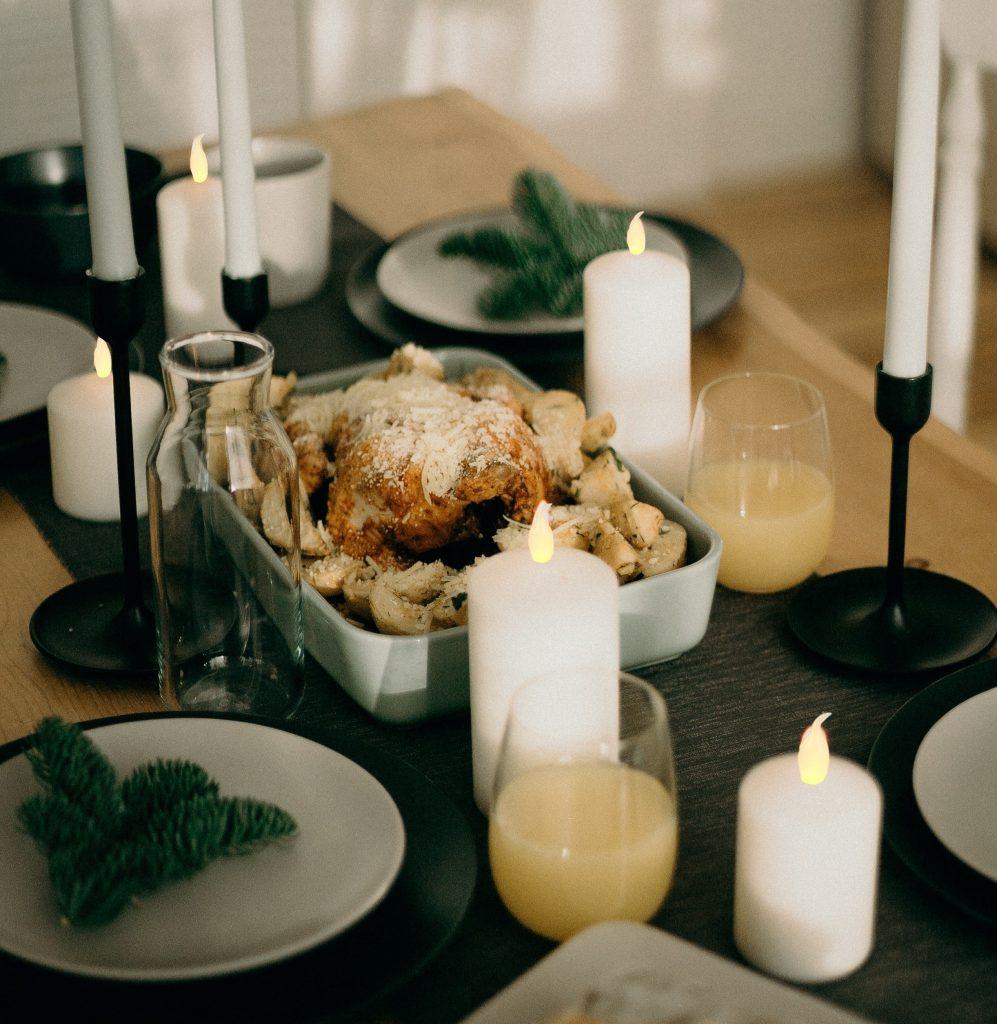 Bougies LED de Noël réutilisées pour un dîner aux chandelles.