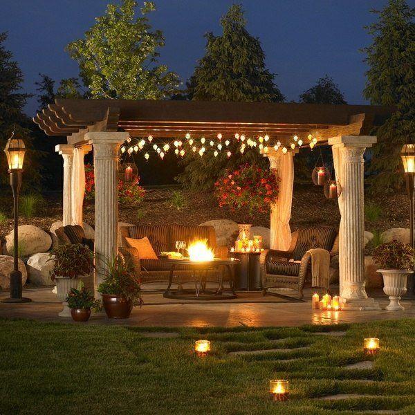 Tonnelle de jardin décorée avec des lumières LED.