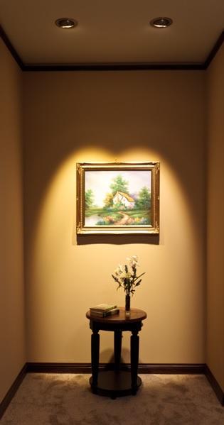 Tableau éclairé par une lumière blanc chaud.