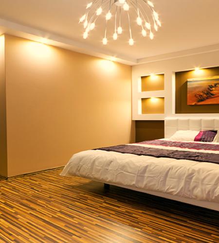 Une chambre à coucher éclairée par une lumière blanc chaud.