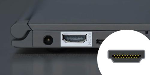 Zoom sur le port HDMI d'un PC portable.