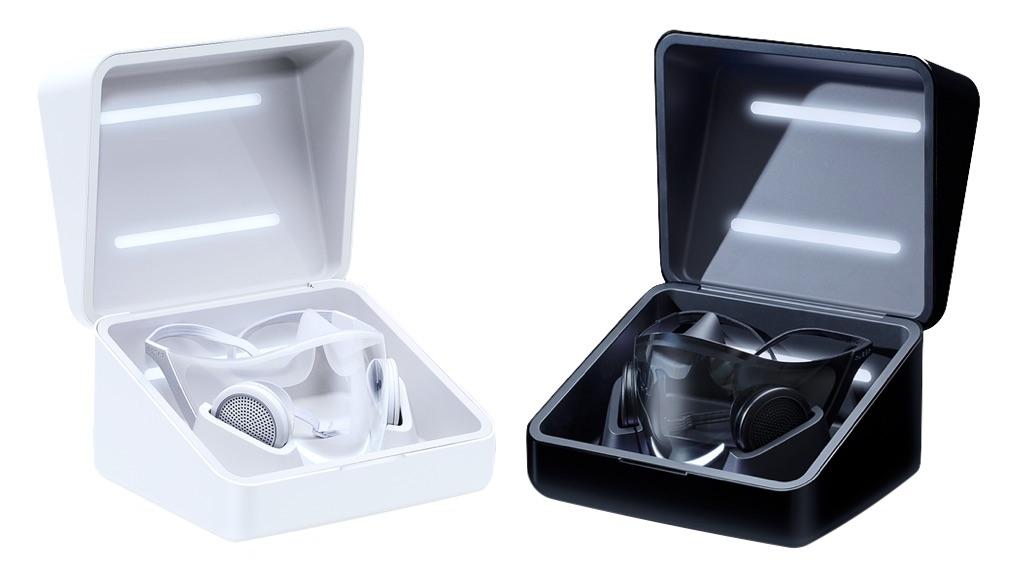 Deux prototypes de masque Hazel blanc et noir dans leurs boîtier de charge.