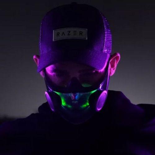 Un homme qui porte le prototype Hazel de Razer, masque de protection avec éclairage LED futuriste.