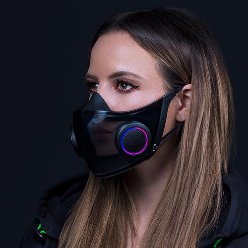 Le rétroéclairage futuriste du masque Hazel, porté par une femme.