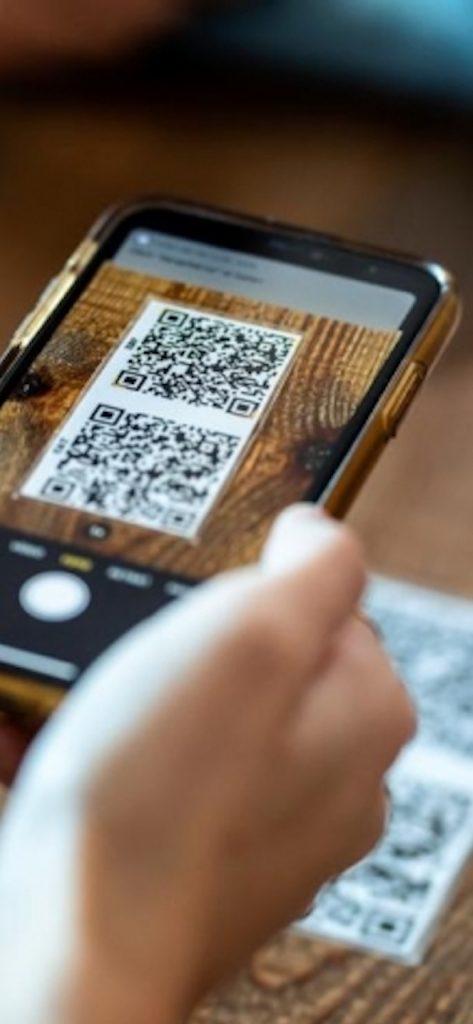 Scannez les QR Code des établissements dans lesquels vous sortez avec l'appareil photo de votre smartphone ou avec l'application.