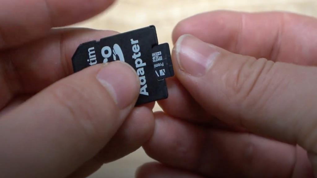 Utilisation d'un adaptateur SD pour connecter une carte microSD sur un ordinateur.